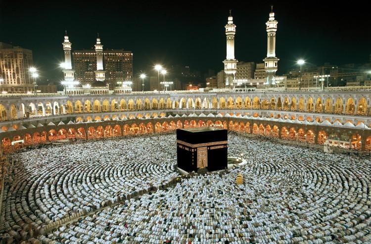 إنكار ذهاب إبراهيم - عليه السلام - إلى الجزيرة العربية، وبنائه الكعبة