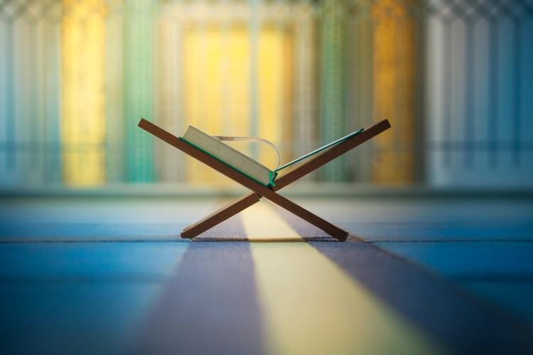 ادعاء تناقض القرآن في مادة خلق آدم عليه السلام، ومخالفته لما ورد في السنة النبوية